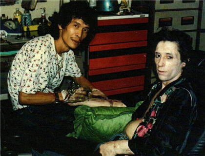 Johnny Thunders : Lo agreden en pleno escenario y sigue tocando (video ...: https://zicoydelia.wordpress.com/2012/12/02/johnny-thunders-lo-agreden-en-pleno-escenario-y-sigue-tocando-video/
